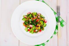 Salada do aipo, da vara do caranguejo, do pepino, de azeitonas verdes e de aneto Fotos de Stock Royalty Free