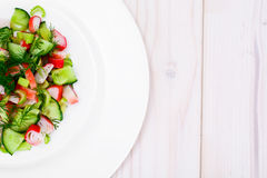 Salada do aipo, da vara do caranguejo, do pepino, de azeitonas verdes e de aneto Fotografia de Stock Royalty Free