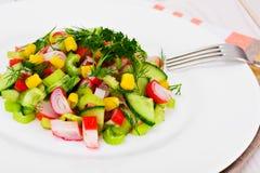 Salada do aipo, da vara do caranguejo, do pepino, do milho e do aneto Fotografia de Stock