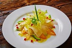 Salada do aipo, do abacate e do caqui com verdes Fotografia de Stock