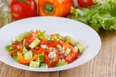 Salada do ar claro do verão de legumes frescos em um fundo de madeira Ainda vida em um estilo rústico Fotos de Stock