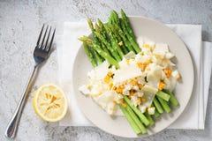 Salada do aspargo com ovo cozido e queijo parmesão do crumble Fotografia de Stock