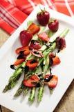 Alimento: Salada do aspargo e da morango, balsamico psta de conserva fotos de stock royalty free