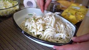 Salada do calamar que agita pelas mãos fêmeas em uma bacia do ferro video estoque