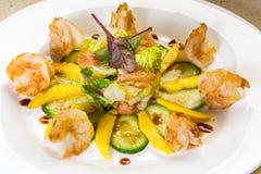 Salada do camarão com manga, salmão da blusa, pepino, vinagre balsâmico Foto de Stock Royalty Free