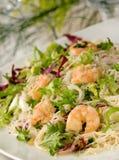 Salada do camarão com massa imagem de stock royalty free