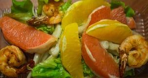 Salada do camarão com o citrino nas folhas da alface imagens de stock