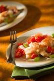 Salada do camarão com tomates e aipo do calamar sobre um guardanapo verde Fotografia de Stock