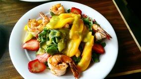 Salada do camarão e da manga imagens de stock