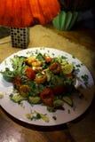 Salada do camarão em um restaurante acolhedor nos Estados Bálticos latvia foto de stock royalty free