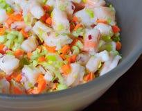 Salada do camarão em uma bacia Fotos de Stock Royalty Free