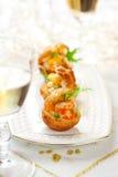 Salada do camarão no mini-bolo frito para o feriado Imagens de Stock