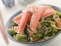 Salada do caranguejo da neve e do macarronete de Soba imagem de stock