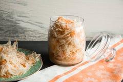 Salada do chucrute e das cenouras no estilo rústico Couve conservada com cenouras Couve posta de conserva no frasco de vidro Fotografia de Stock Royalty Free