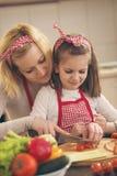 Salada do corte da mãe e da filha imagens de stock