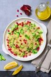 Salada do cuscuz com romã, hortelã e pepinos, salada saudável, refeição do vegetariano fotos de stock