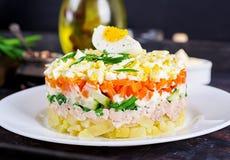 Salada do fígado de bacalhau com ovos, pepinos, batatas, cebola verde fotografia de stock
