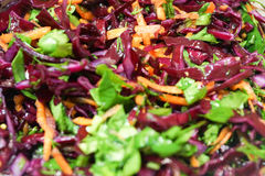 Salada do fundo da couve vermelha com cenouras e espinafres Imagem de Stock