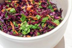 Salada do fundo da couve vermelha com cenouras e espinafres Foto de Stock