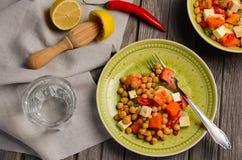 Salada do grão-de-bico com abóbora, feta, salsa e pimentões fotos de stock