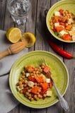 Salada do grão-de-bico com abóbora, feta, salsa e pimentões imagens de stock