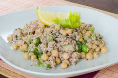 Salada do grão-de-bico com atum, limão e ervas Fotografia de Stock