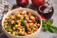 Salada do grão-de-bico com pimenta verde, a cebola vermelha e o molho do vinagrete imagem de stock