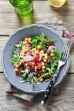 Salada do grão-de-bico em uma placa imagens de stock