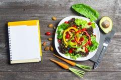 Salada do legume fresco com papel do caderno na madeira imagens de stock royalty free