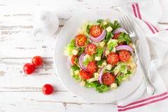 Salada do legume fresco com tomates, alface, cebola e queijo no fundo de madeira branco Alimento saudável do vegetariano fotos de stock royalty free