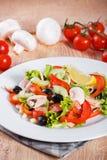 Salada do legume fresco na tabela de madeira Fotografia de Stock