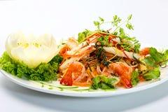 Salada do marisco com camarão, calamares alface, folhas de hortelã e ervas imagens de stock royalty free