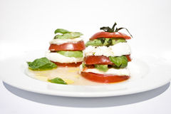Salada do mozzarella do tomate com abacate imagens de stock royalty free