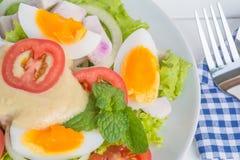 Salada do ovo na placa na tabela do alimento fotografia de stock royalty free