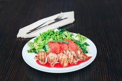 Salada do peito de pato com toranja em uma placa branca tabela de madeira do fundo fotografia de stock royalty free