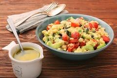 Salada do pepino do tomate do abacate das lentilhas dos grãos-de-bico Imagem de Stock