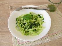 A salada do pepino dos espaguetes com macarronetes vegetais forma spiralizers Imagem de Stock