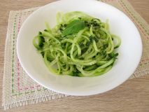 A salada do pepino dos espaguetes com macarronetes vegetais forma spiralizers Fotos de Stock