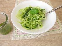 A salada do pepino dos espaguetes com macarronetes vegetais forma spiralizers Fotos de Stock Royalty Free