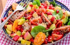 Salada do Quinoa do abacate e do tomate fotos de stock royalty free