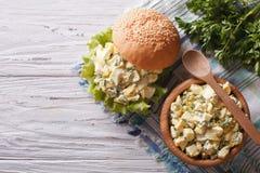 Salada do sanduíche e do ovo na opinião superior horizontal da tabela Imagem de Stock