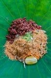 Salada do sul tailandesa do arroz com Herb Vegetables na folha de Lotus com foco seletivo Fotos de Stock Royalty Free