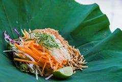 Salada do sul tailandesa do arroz com Herb Vegetables na folha de Lotus com foco seletivo Fotografia de Stock Royalty Free