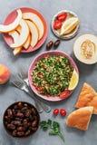 Salada do taboulé do alimento, pão árabe, melão, pêssego e datas do Oriente Médio e árabes em um fundo cinzento Vista superior, c fotos de stock