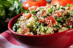 Salada do taboulé com cuscuz fotos de stock royalty free