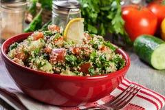 Salada do taboulé com cuscuz foto de stock
