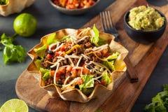 Salada do taco em uma bacia da tortilha Foto de Stock