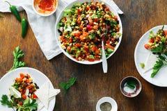 Salada do taco na tabela de jantar de madeira da opinião de tampo da mesa foto de stock royalty free