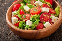 Salada do tomate com alface, queijo Imagens de Stock Royalty Free