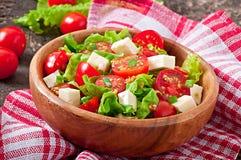 Salada do tomate com alface, queijo Fotos de Stock Royalty Free